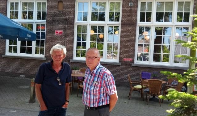 Piet (links) en Peter (rechts) bij de voormalige St. Michaëlschool. Het hart van het dorp wordt beheerst door een paleisje!