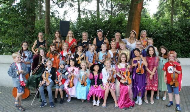 De groep violisten en cellisten van vioolschool Fiedelino speelt muziek van attractiepark de Efteling live in de Efteling.