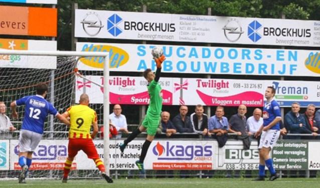 VVOP tegen Go Ahead Kampen, met keeper Freek van de Steeg en de verdedigers Albert Bakker en Stef Overeem.