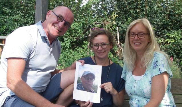 Frank Vergeer, Annette Vergeer en Sandy Clarke (vlnr) voeren de wens uit van overleden vriend Piet-jan Vermeulen.