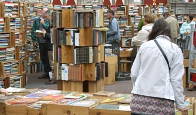 Gert-Jan de Rooij organiseert De Zomer Boekenmarkt op de Markt in Middelburg dit jaar voor de 10e keer. FOTO: Theo Rietveld