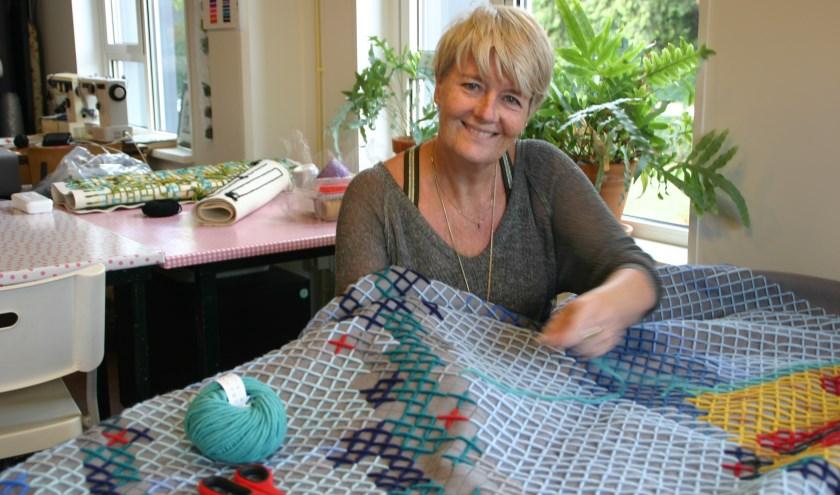 Culemborgers met een verscheidenheid aan achtergronden maken van het wandkleed  van Olga Ellerman een uniek 'geschenk van de stad'.
