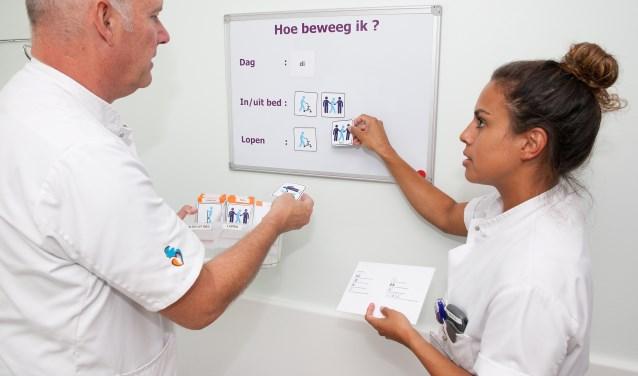 Gerard Oosterling en Samira Hityahubessy tonen de werking van het beweegbord. (Foto Frederike Slieker)