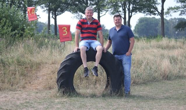 Erik te Velthuis (eigenaar) en Tim Kollen (bedrijfsleider) op het terrein waar voetgolf gespeeld kan worden. (Foto: Arjen Dieperink)