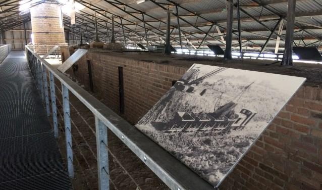 Fotopanelen laten de geschiedenis van de steenfabriek zien.