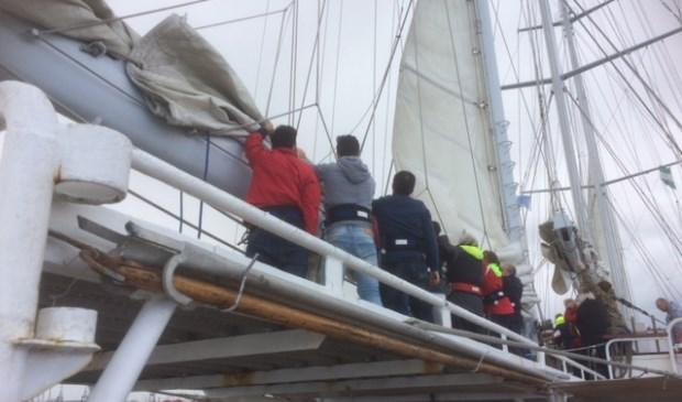 Zo'n vijftig cliënten maakten een zeiltocht met De Eendracht, de grootste driemastschoener van Nederland. Foto: Berthel de Wit