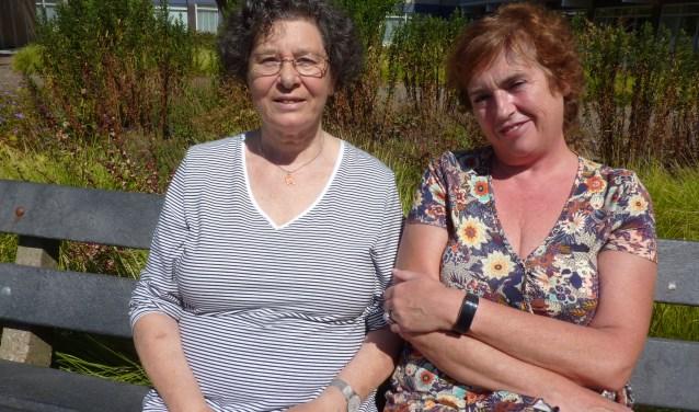 """""""Ik word door haar verwend"""", zegt Tineke Akkerman (links) over haar buddy Corrien Toet. (Foto: Magda de Vetten)"""