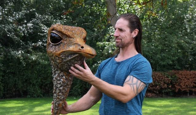 Joshua Pennings in de beeldentuin met een van zijn nieuwste sculpturen: een struisvogel.
