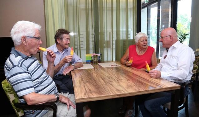 Voor de ouderen is er ijs om voor wat verkoeling te zorgen. (foto: Marco van den Broek)