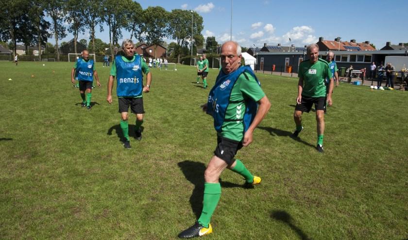 Mannen van leeftijd vinden het heerlijk als ze nog kunnen voetballen. Old Stars Lingewaard is een uitkomst. (foto: Ellen Koelewijn)