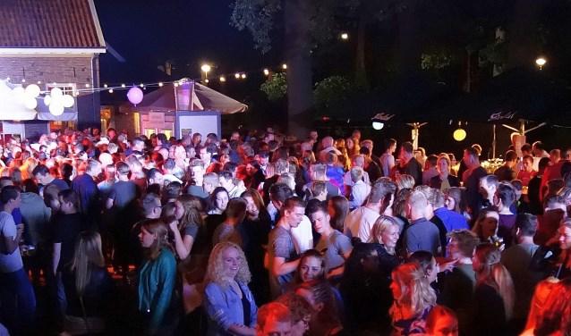 Muziek, cocktails, gezelligheid en een mooie locatie zijn de ingrediënten van de Tropical Night.
