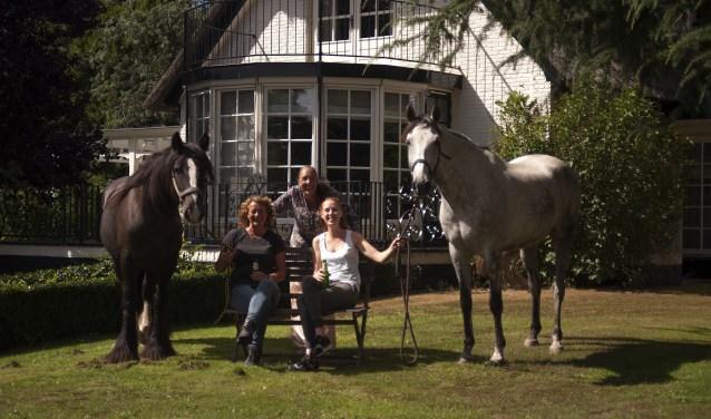 Eigenaresse Josta Meesters (midden) met gasten Vicky en Marjolein, die met hun paarden een weekend naar Veld en Bosch waren gekomen. (Foto: Hetty Heijne)