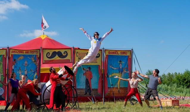 Een echt circus heeft een echte stuntman nodig, maar durft die van Cirque Moustache wel? Foto: Michiel Zwart.