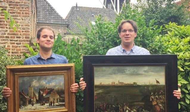 Conservator Kristian Kreeft (links) en extern medewerker aan de expositie en kunstkenner Christiaan Lucht.