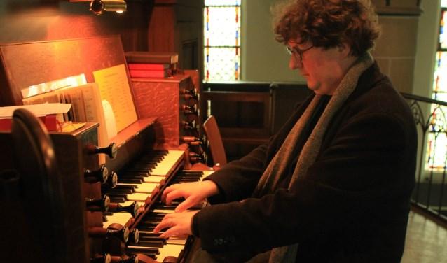 Egbert Schoenmaker aan het orgel van de Jacobuskerk te Zeerijp.