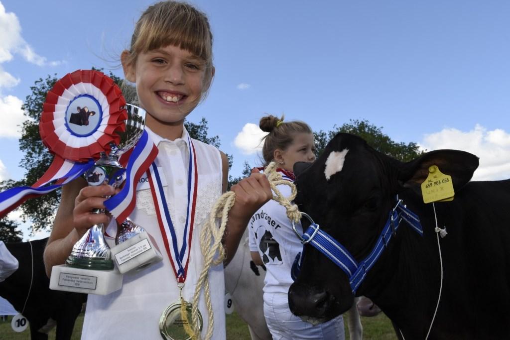 Roos Meulenberg (9) toonde haar Zwanenburg Caro 280. Dat deed ze zo goed ze er met een beker voor werd beloond. En volgens de jury was het kalf ook nog eens de mooiste van haar categorie. En dat leverde beker nummer twee op.  © Persgroep