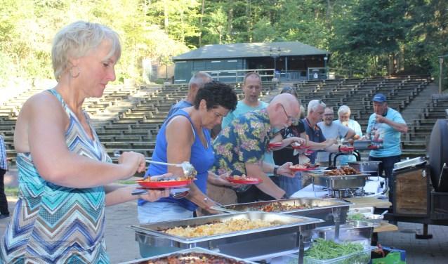 De vrijwilligers lieten de barbecue goed smaken.