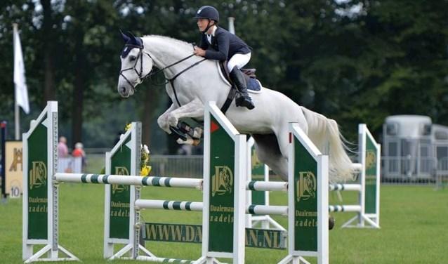 Jan Wolfs in actie met zijn paard Flow tijdens het Z-springen in Steenderen. Eigen foto