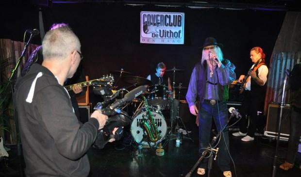 De bekende Haagse cineast John Meijer maakt hier filmopnames van Nicko Christiansen en zijn band Livin'Blues Experience.