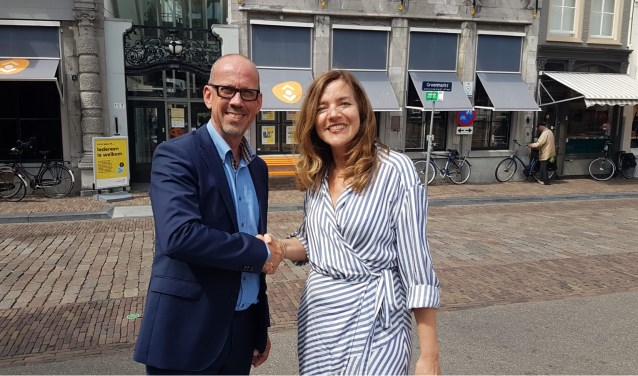 Rob Cornelissen (regiomanager Philadelphia Werk & Begeleiding) en waarnemend directeur-bestuurder Chantal Cunnen (de Bibliotheek AanZet)
