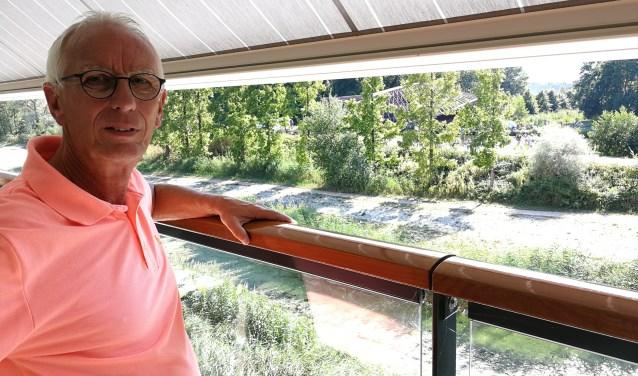 Vanaf zijn terras aan de Vlaardingse Vaart bekijkt Peter Spek het Varend Corso. (Foto: Mels van der Net)