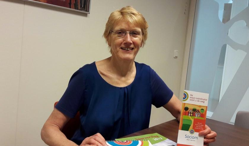 Ulla Becker, WWZ-coördinator voor Wonen Welzijn Zorg. Ze wijst mensen de weg, bijvoorbeeld naar een ouderenverpleegkundige, de thuiszorg of een vrijwilliger.