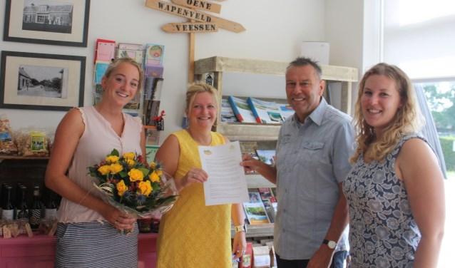 Ester Montfrooy, Rosie Bon, Frank Drost en Erica Hottinga ondertekenden het contract voor de samenwerking tussen Koek en Ei en WijzijnHeerde.