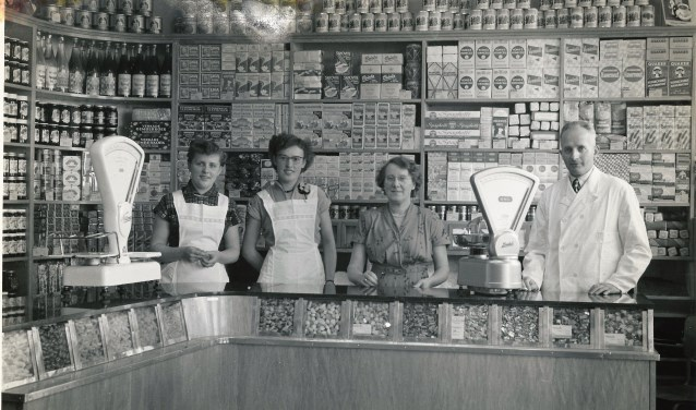 Arie den Oudsten met Mijnsje Klein en twee hulpen in de winkel op Voorstraat 144. (Foto van Cor den Oudsten)