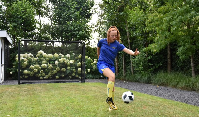 Luna Wooning oefent in haar tuin
