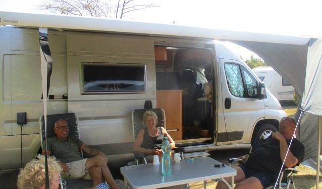 Bij camping Muralt in Scharendijke zitten de families Zijlstra en Hekstra uit Damwoude onder de luifel. FOTO: Marcel van der Voort