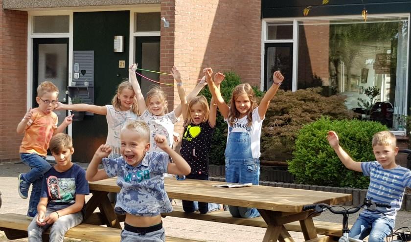 De picknicktafel is een groot succes bij deze buurtkinderen. Hij wordt dan ook al veel gebruikt.