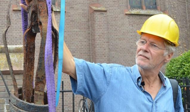 Kerkhistoricus Menze de Graaf bekijkt de schade. FOTO: Ben Blom
