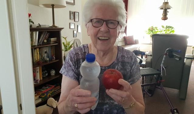 Mevrouw Wenting (87 jaar), blij verrast met een 'appeltje voor de dorst'