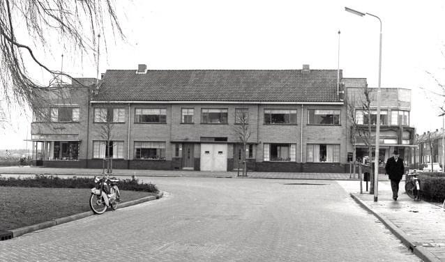 Wilhelminaplein, links drukkerij/boekhandel Geleedts, midden Technische Handelsbureau Van der Schans en rechts textielwinkel mej. Tisserand.