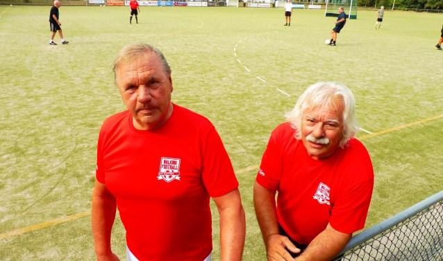 Hennie Derks (links) en Tiny Verberk van WF Estria voor aanvang van de training. Walking Football wordt steeds populairder, merken ze ook bij de club uit Escharen.