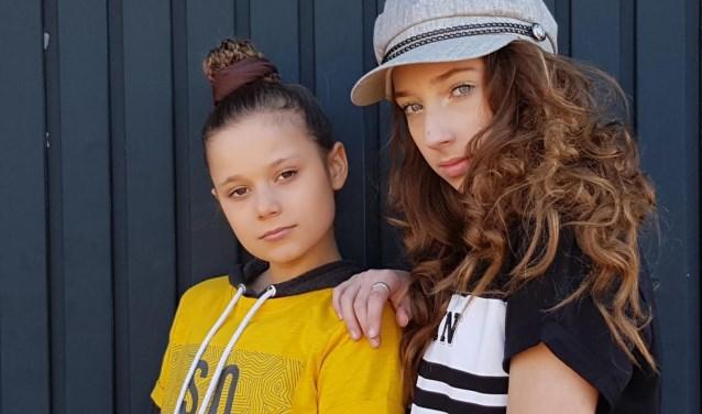 Senna Wijnbergen (links) en haar zus Resa hebben hun beste beentjes voorgezet en niet zonder succes.