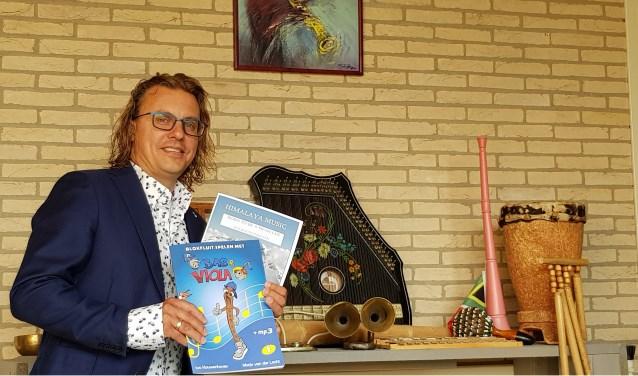 Dirigent Ivo Kouwenhoven toont trots zijn geschreven blokfluitmethode. (Foto: Anja Helmink)