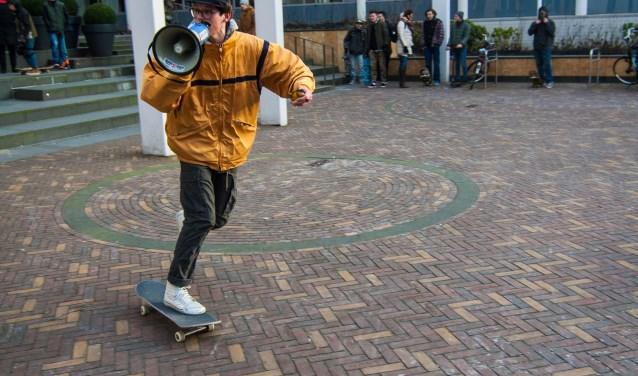 Skaters zijn aan zet. De foto werd genomen tijdens een publieksactie op het plein voor het gemeentehuis. (Foto: Robèrt Guérain)