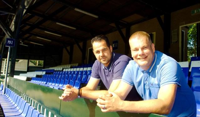 Bernard de Dreu (links) en Gert Post verzorgen onder de vlag Groundhoppers Apeldoorn reizen naar buitenlandse stadions. (foto Gert Perdon)