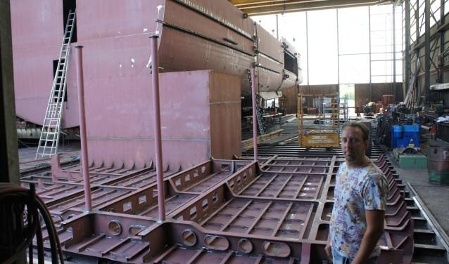 In de grote hal van Gebr. Buijs wordt 38 meter van het jacht gebouwd. Op de foto: Marten Buijs. (Foto: Thea van der Raaf)