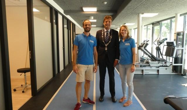Burgemeester Verhulst feliciteert Heisen en Van Doorn met de opening van hun tweede vestiging.