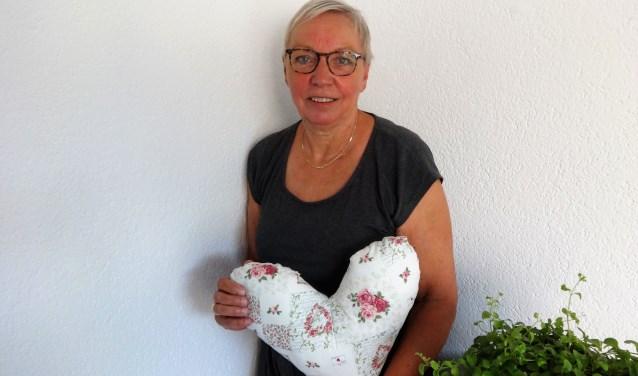 Corry Bruinstroop met een door haar gemaakt hartje voor het Heart pillow project. (Foto: Annemarie van der Ploeg)