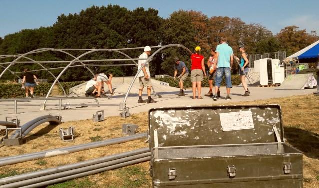 De Kinderdorpbioscoop wordt opgebouwd. In deze KD Cineminimec komen volgende week onder meer hardwerkende huttenbouwers tot rust.