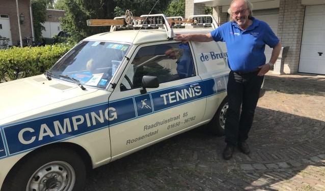 Cees de Bruijn staat voor zijn Mazda die hij in 1984 op de kop tikte als bedrijfswagen. Hij is inmiddels wel gerestaureerd.