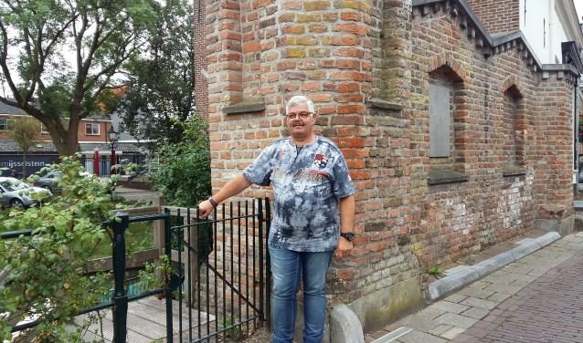 Als kind stond Arend bij het hetzelfde hekje. Het huis waar hij opgroeide is inmiddels afgebroken. (Foto: Karin Doornbos)