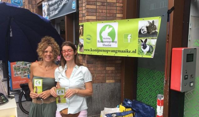 Marthe en Maaike van Konijnenopvang Maaike kregen veel enthousiaste reacties én donaties voor hun ijsjesactie.