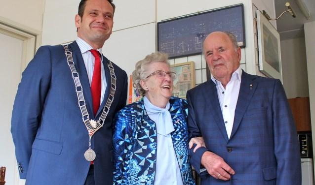 Burgemeester Sjoerd Potters kwam het 65 jarig bruidspaar Kees en Gerrie Verkuil- van der Laak persoonlijk feliciteren. FOTO: Els van Stratum