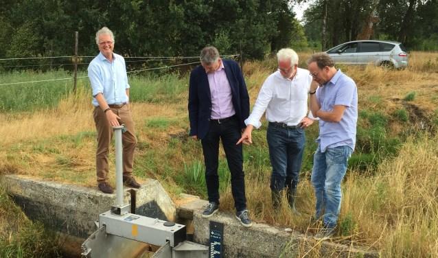 Van links naar rechts: watergraaf Peter Glas (De Dommel), Ernest de Groot (Aa en Maas), Peter Ketelaars (Aa en Maas) en milieu-gedeputeerde Johan van den Hout.