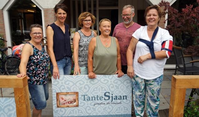 José van Hoenselaar (rechts) met haar Tante Sjaan-medewerkers (vlnr) Mia Baltussen, Marléne van der Heijden, Henriet Willems, Mieke van Zutphen en Mathijs van Gaal. (foto: Tom Oosthout)