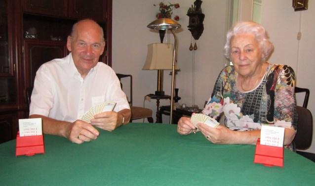 """Jan en Els Buijtendijk leggen graag een kaartje. """"Bij bridge is het belangrijk dat je op elkaar bent ingespeeld"""", vertelt Jan."""